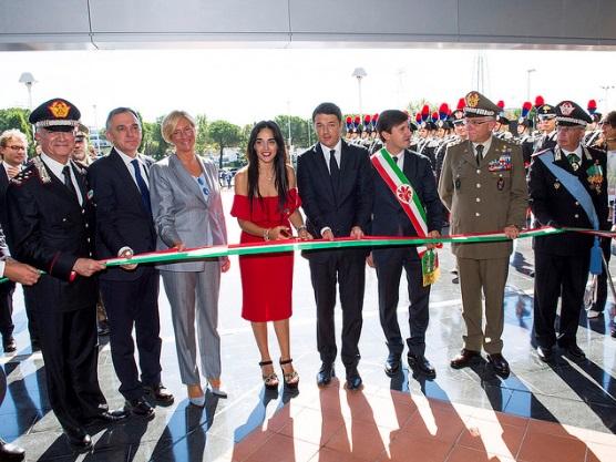 Il taglio del nastro: da sinistra il generale Del Sette, il governatore della Toscana Rossi, il ministro Pinotti, Martina Giangrande, Matteo Renzi, il sindaco di Firenze Nardella
