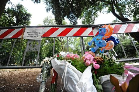 Fiori e bambole ai piedi della pianta dove Donatella Mugnaini e sua nipote Alice morirono schiacciate