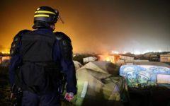 Calais: i migranti incendiano masserizie e tirano sassi ai vigili del fuoco