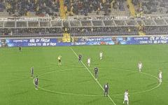 Pioggia incessante per tutta la partita. Molti spettatori hanno cercato riparo sotto i gradoni delle tribune