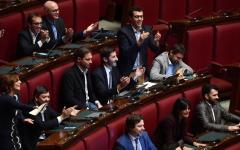 Privilegi dei politici: la maggioranza, Pd in testa, rinvia il disegno di legge che dimezza l'indennità parlamentare