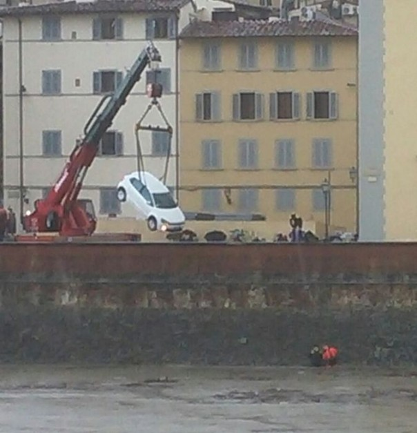 Auto in Arno a Firenze