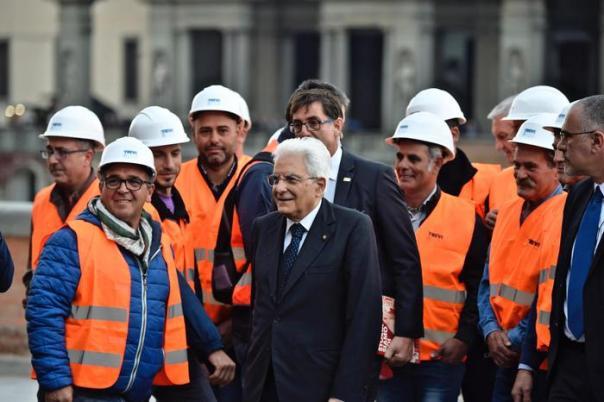 Il presidente della Repubblica Sergio Mattarella, durante l'inaugurazione del Lungarno Torrigiani, ripristinato dopo la voragine apertasi nel suolo il 25 maggio scorso, Firenze, 4 novembre 2016. ANSA/MAURIZIO DEGL'INNOCENTI