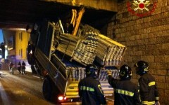 Prato: camion s'incastra in un sottopasso. Sospesa circolazione ferroviaria