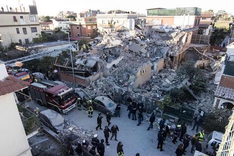 Crollo palazzina ad Acilia, estratte vive due persone