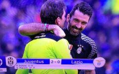 Calcio: Juventus - Lazio, Buffon abbraccia l'arbitro Tagliavento. Polemiche fra i tifosi