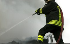 Pisa: palazzo in fiamme, ricoverati sei inquilini e un vigile del fuoco
