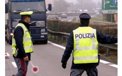Firenze: controlli sui camion, 5 patenti ritirate ai conducenti dalla Polizia Stradale