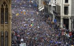 Immigrazione: a Barcellona si manifesta per favorire l'accoglienza, contro le direttive del governo