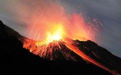 Etna: altissima colonna di cenere lavica, chiuso l'aeroportodi Catania