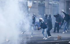Napoli: scontri e feriti fra centri sociali e forze dell'ordine per una manifestazione contro Salvini