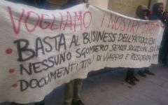 Firenze: manifestazione dei somali superstiti del rogo davanti alla prefettura