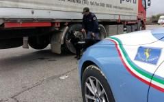 Firenze: guida il Tir per troppe ore, la Polstrada lo costringe a riposare