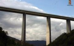 Massa Carrara: si butta col parapendio da un ponte sulla A/15, ma viene denunciato dalla polstrada