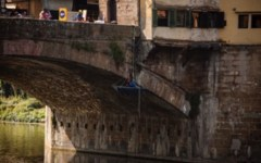 Firenze: operai acrobati restaurano Ponte vecchio. Domani 18 aprile