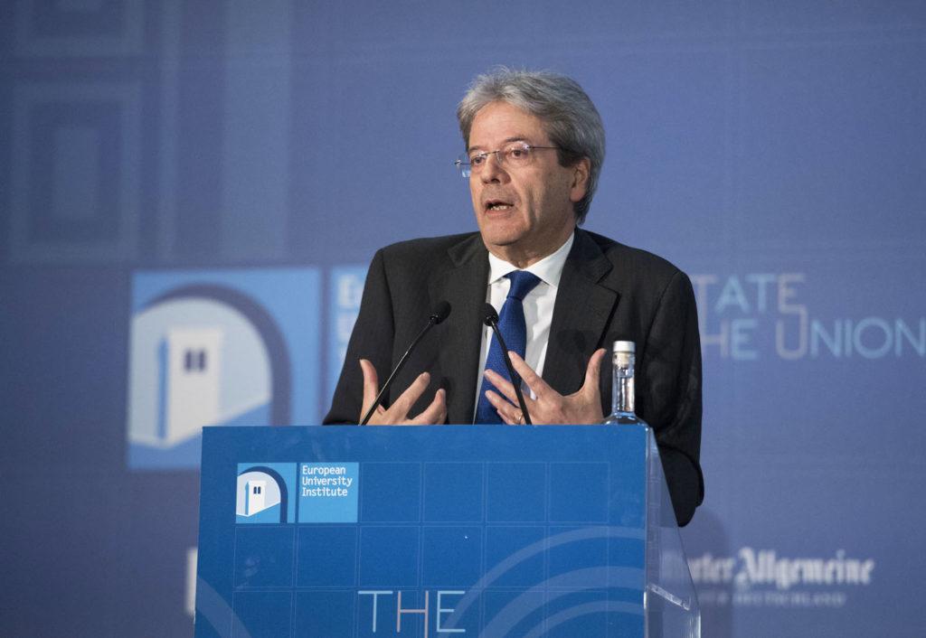 Migranti, Juncker loda l'Italia: Salva l'onore dell'Europa