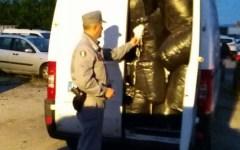 Calenzano: due furgoni con rifiuti tessili illegali sequestrati dai carabinieri forestali. Denunciate 4 persone