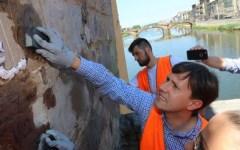 Firenze: sindaco ripulisce Ponte Vecchio dai Graffiti. Con assessori e Angeli del bello