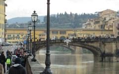 Firenze, Ponte Santa Trinita: ciao barriere! Tutti le scavalcano. Il sindaco: «Serve un'altra soluzione»