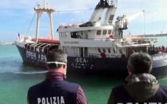 Migranti, l'Italia lancia l'allarme all'Europa: «Situazione grave». Ipotesi: blocco dei porti