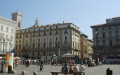 Firenze: bevono cocktails al dehor di piazza Repubblica, poi protestano e picchiano per il conto