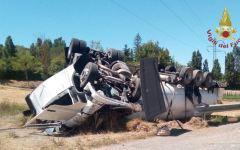 Peccioli, strada regionale 439: autocisterna Gpl si ribalta, ferito il conducente, circolazione sospesa (Foto)