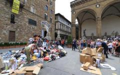 Firenze, piazza Signoria: montagna di merce falsa davanti al David