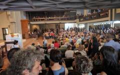 Messa don Biancalani: il sacerdote stringe la mano a Forza nuova e si scusa coi fedeli