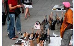 Pisa: migranti venditori abusivi feriscono finanzieri, la reazione del sindaco