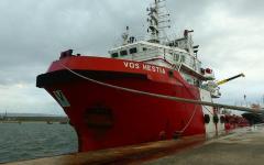 Migranti: perquisita la Vos Hestia, nave di Save the Children, sospetto di contatti con trafficanti
