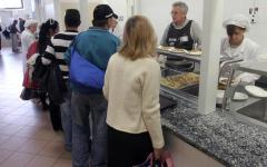 Prato, mensa dei poveri: lite fra migranti, accoltellato un algerino