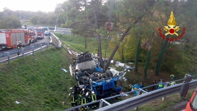 Camion si rovescia sulla rampa di uscita della A1