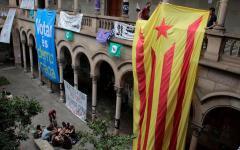 Barcellona: lunghe file all'alba davanti ai seggi. Allestiti anche banchetti all'aperto