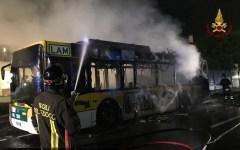 Pisa: bus distrutto dal fuoco vicino all'aeroporto (Foto)