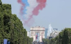Parigi, 14 luglio: davanti a Macron una parata stile de Funès, due motociclisti cadono e la pattuglia acrobatica sbaglia i colori della scia
