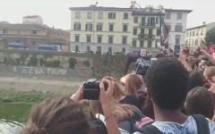 Firenze: manifestazione di studenti. Gommone con fantoccio di Salvini calato in Arno