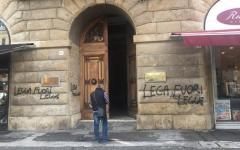 Livorno: «Lega fuorilegge», scritta sul muro del comune. E il Carroccio inaugura la sede