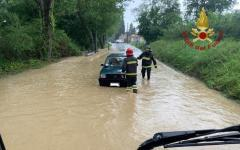 Arezzo: salvate dai vigili del fuoco, 4 persone intrappolate in auto dall'acqua