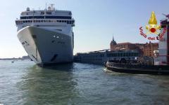 Venezia: Nave da crociera investe battello fluviale, 4 feriti non gravi. Polemiche  (video)