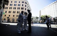 Carabiniere ucciso: il dolore dei parenti, le indagini, gli onori delle volanti della Polizia (video)