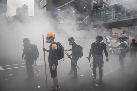 Hong Kong, nuovi scontri e un colpo di pistola fra le proteste