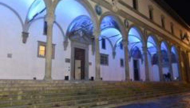 Firenze, piazza Santissima Annunziata: gioco di luci illumina il loggiato degli Innocenti