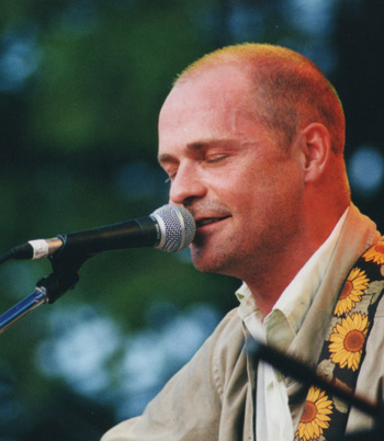Gordon Downie performing in Guelph Ontario in 2001 (Wikipedia)