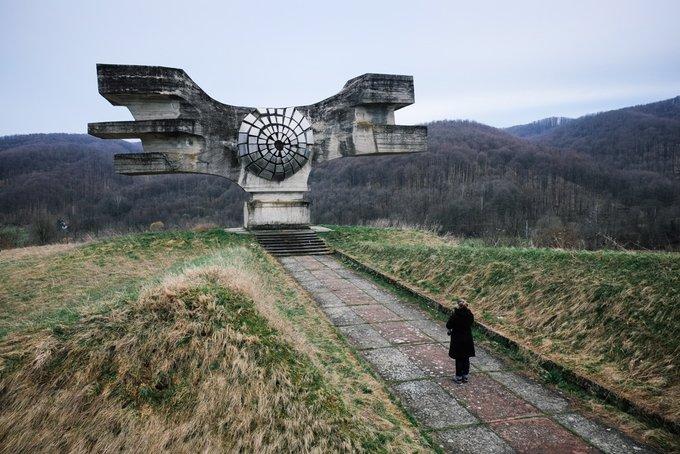 1. Düzinelerce acayip, fütüristik anıt, eski Yugoslavya'nın, artık var olmayan bir ülkenin hayaletvari yankıları, farklı manzaralarından fırlayıp çıkıyor.