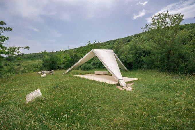 11. Sinj'deki bu spomenik(Yugoslav anıt), Mihver işgaline isyan sürecinde Ustaše kuvvetleri tarafından bu noktada idam edilen 1. Split Partizan Müfrezesinin idam edilen 24 savaşçısını anısına dikildi.