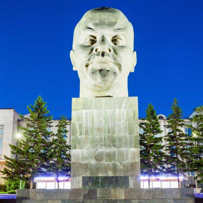 3. Ulan Ude, Sibirya'da Baykal gölü yakınlarında, yerel otoriteler bir araya gelerek 1970'lerin başında bir araya geldi ve dünyanın en büyük Lenin kafasını yarattılar. Lenin'in bronz kafası bugün hala yerli halk için popüler bir buluşma yeri ve turistler için de büyük bir cazibe merkezi.