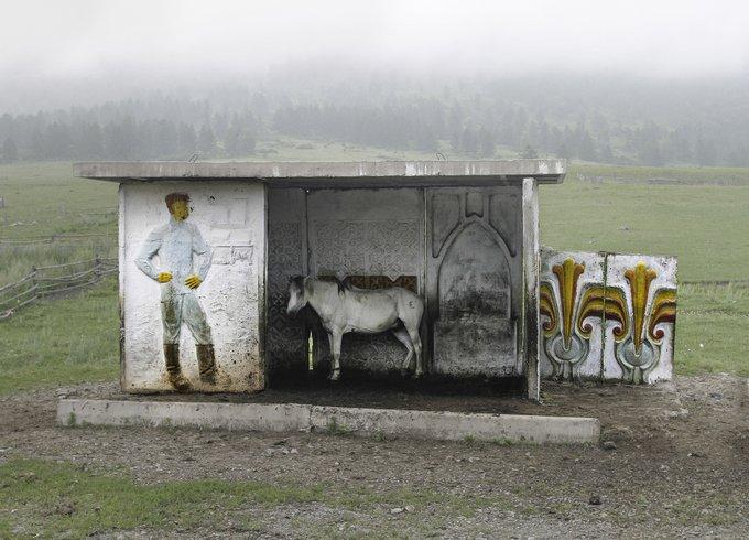 4. Altay dağları yakınlarında terk edilmiş otobüs durağı, Kazakistan.