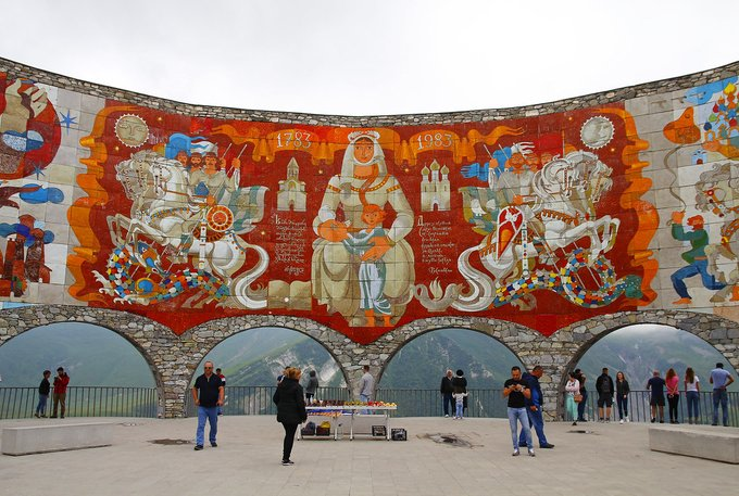 9. Rusya-Gürcistan Dostluk Anıtı veya Georgievsk Antlaşması Anıtı, 1983 yılında Georgievsk Antlaşması'nın iki yüzüncü yılı ve Sovyet Gürcistan ve Sovyet Rusya arasındaki devam eden dostluğu kutlamak için inşa edildi.