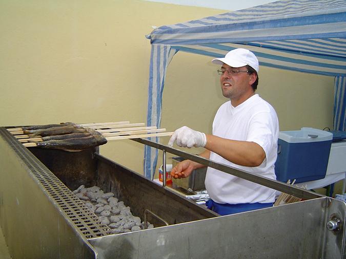 Andreas Pinter beim Steckrfisch-Grillen
