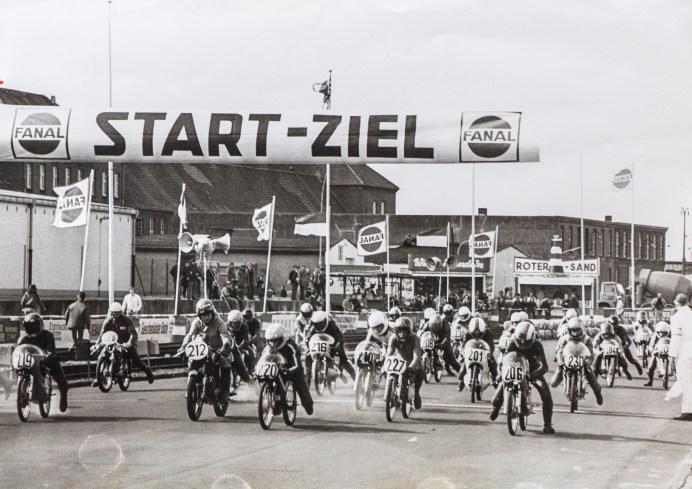 """Die 70er Jahre: Start in der """"Schnapsglasklasse"""" 50 ccm. Foto: Archiv Fischereihafen-Rennen"""